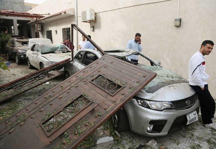 Dos automóviles estacionados frente a la sede diplomática se incendiaron y otras dos construcciones cercanas también sufrieron daños. (Agencias)