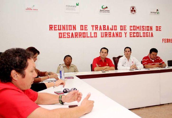El alcalde durante la reunión con funcionarios municipales. (Cortesía/SIPSE)