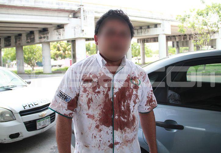 El taxista asaltado ayudó a que detuvieran a uno de los tres delincuentes. (J. Acosta y V. González/SIPSE)