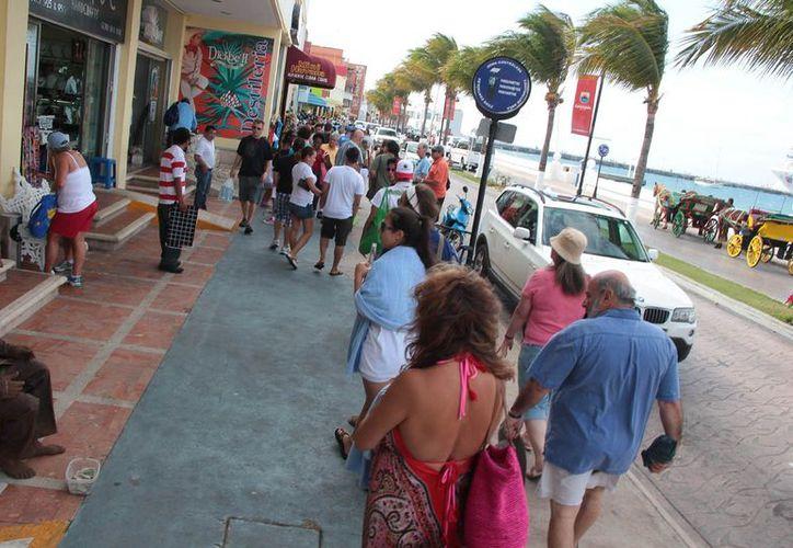 """Alrededor de 24 mil turistas llegaron a Cozumel y la mayoría se quedó en la """"zona turística"""" comercial de la ciudad. (Gustavo Villegas/SIPSE)"""
