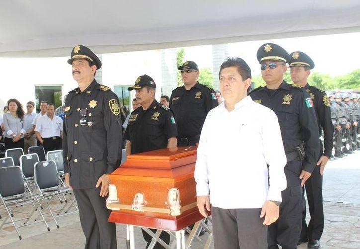 El secretario de Seguridad Pública, Luis Felipe Saidén Ojeda, monta una guardia en honor de Gaspar Eduardo Puerto Leal. (SIPSE)