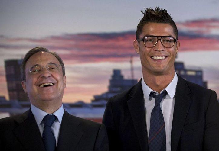 Al parecer el presidente de Real Madrid está dispuesto a negociar a 'CR7' -quien acaba de cumplir 30 años de edad- y obtener un rédito económico. (sportwitness.ning.com/Foto de archivo)