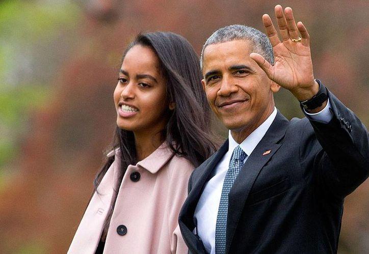 Foto del 7 de abril de 2016 del presidente Barack Obama con su hija Malia, en el jardín de la Casa Blanca. Donald Trump dice que Obama está implicado en las protestas en su contra y las filtraciones en la Casa Blanca. (AP/Pablo Martinez Monsiváis)