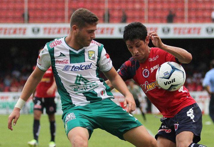 Angel Reyna (der.) volvió a dejar mal a los seguidores del Veracruz que esperaban verlo ampliar su cuota de goles. (Agencias)