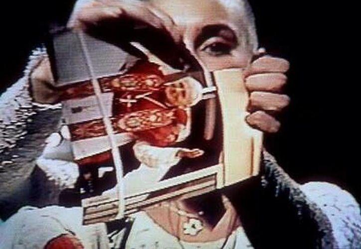 En 1992, la cantante irlandesa rompió una foto del papa Juan Pablo II en plena presentación de Saturday Night Live. (@MileyCyrus)