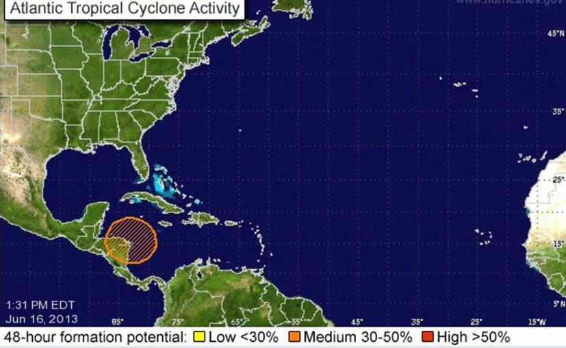 El CNH mantiene bajo vigilancia esta zona de disturbio, por ahora ubicada en Centroamérica. (nhc.noaa.gov)