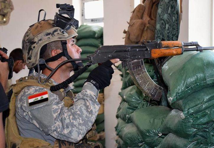 Un policía federal iraquí toma su posición de combate durante una operación para recuperar el control de los suburbios orientales de Ramadi, ciudad a la que controlan combatientes del grupo Estado islámico en la provincia de Anbar, en Irak. (AP Foto)