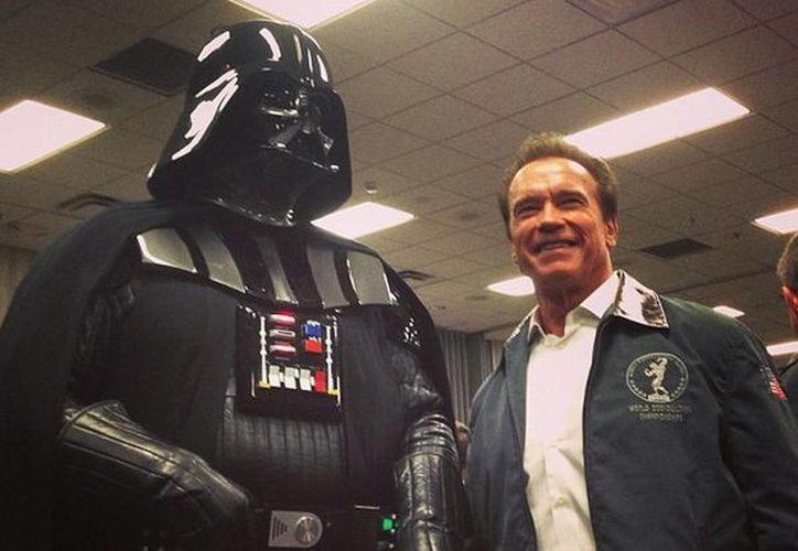 Schwarzenegger (quien aparece junto a Darth Vader) será columnista en las publicaciones que lo motivaron a ser fisicoculturista. (Facebook oficial)