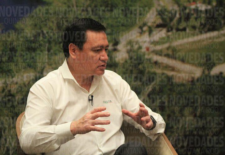 El secretario de Gobernación, Miguel Ángel Osorio Chong, se reunió con el gobernador de Quintana Roo en Cancún. (Israel Leal/SIPSE)