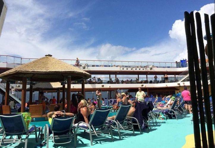 Imagen que el periodista Eric Lupher tuiteó y en la que se observa que los pasajeros del crucero Carnival Magic están tranquilos y disfrutando del recorrido. (twitter.com/EricLupher7News)