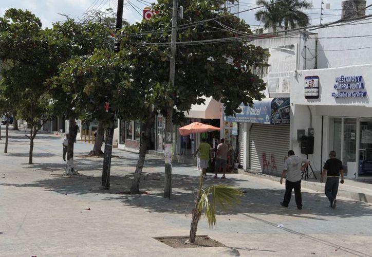 Los negocios de la avenida Tulum bajan las cortinas desde temprano, para evitar el riesgo de ser asaltados. (Tomás Álvarez/SIPSE)