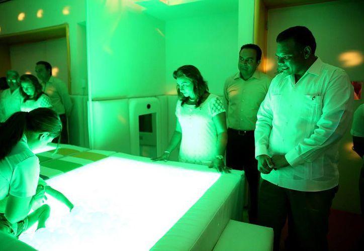 El gobernador Rolando Zapata Bello y su esposa, Sarita Blancarte, observan el funcionamiento del nuevo equipo en el CRIT Yucatán. (SIPSE)