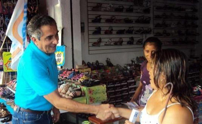 Hadad Estéfano visitó a los comerciantes de la avenida Héroes. (Harold Alcocer/SIPSE)