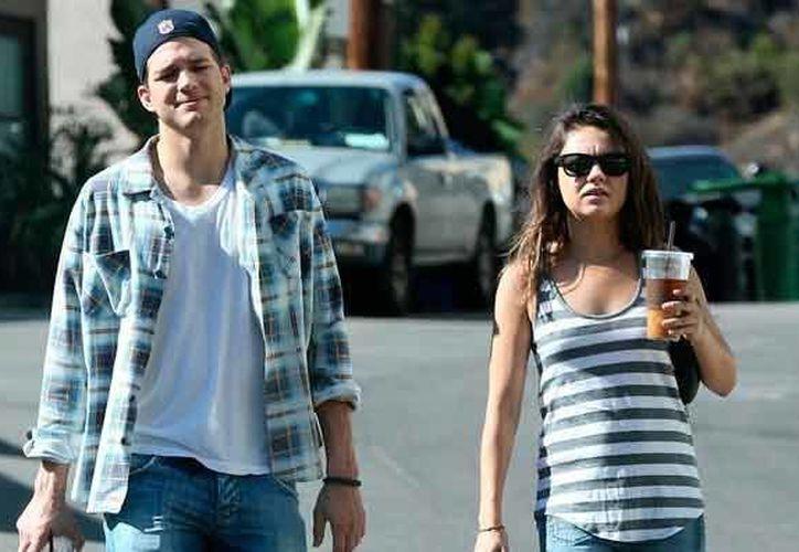 Mila Kunis y Ashton Kutcher se casarán luego del nacimiento de su bebé. (tuteve.tv)