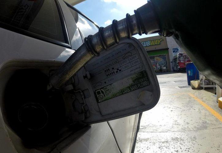 Una de las medidas para ahorrar en gasolina es llenar el tanque, ya que habrá menos evaporación del combustible. (Archivo/Notimex)
