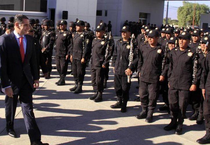 El gobernador Gabino Cué frente a policías de Oaxaca. Los uniformados que actualmente están en paro podrían enfrentar denuncias penales. (Foto de archivo de oaxaca.gob.mx)