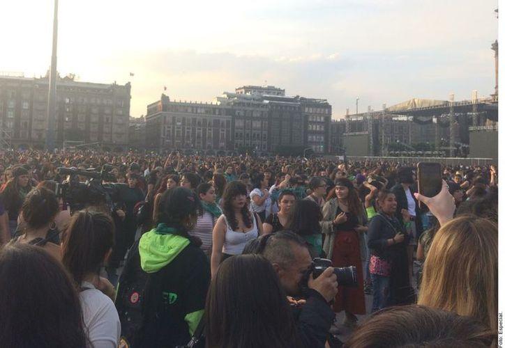 Realizan mujeres rumbo al Zócalo para presentar performance 'Un violador en tu camino' para protestar contra la violencia de género. (Agencia Reforma)