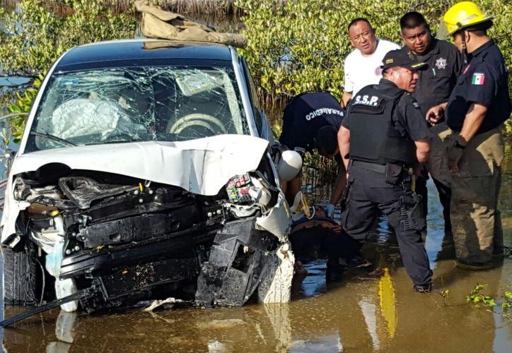 Un automóvil chocó contra otro y lo echó al agua, en la carretera Progreso-Chicxulub. (Gerardo Keb/SIPSE)