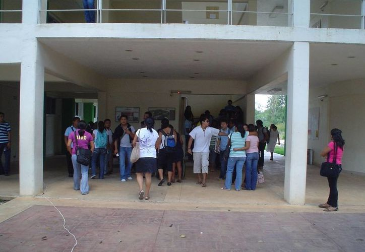 Las que obtuvieron las becas recibirán entre ocho y nueve mil pesos mensuales para gastos en el extranjero mientras dura la maestría o postgrado. (Archivo/SIPSE)