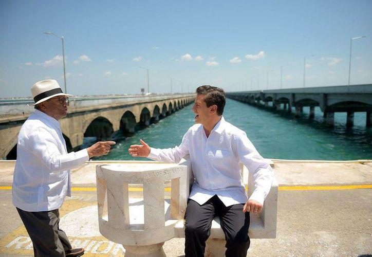 Armando Manzanero y Enrique Peña Nieto en el puerto de altura de Progreso. (Presidencia de la República)