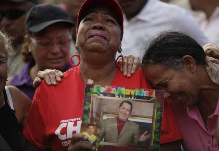 Miles de venezolanos salieron a las calles de Caracas a llorar a su presidente. (AGENCIAS)