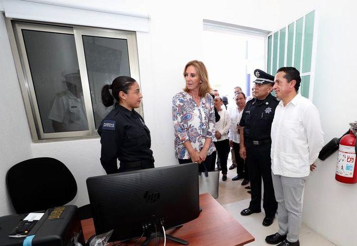 El gobernador Carlos Joaquín, acompañado de María Elena Morera, de Causa en Común A.C., y Rodolfo del Ángel, titular de Seguridad Pública. (Redacción/SIPSE)