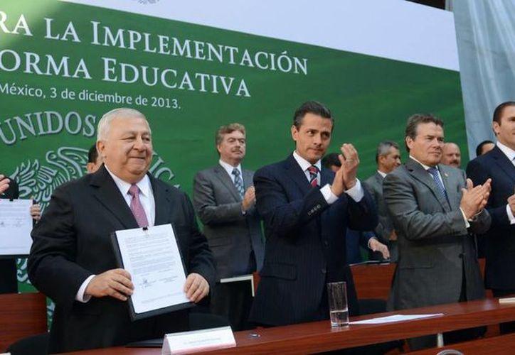 Peña Nieto dijo que en 2014 deberán ser visibles los resultados de la reforma. De izquierda a derecha, el titular de la SEP, Emilio Chuayffet; el Presidente; el titular de la SNTE, Juan Díaz de la Torre; y el gobernador de Puebla, Rafael Moreno Valle. (Presidencia)