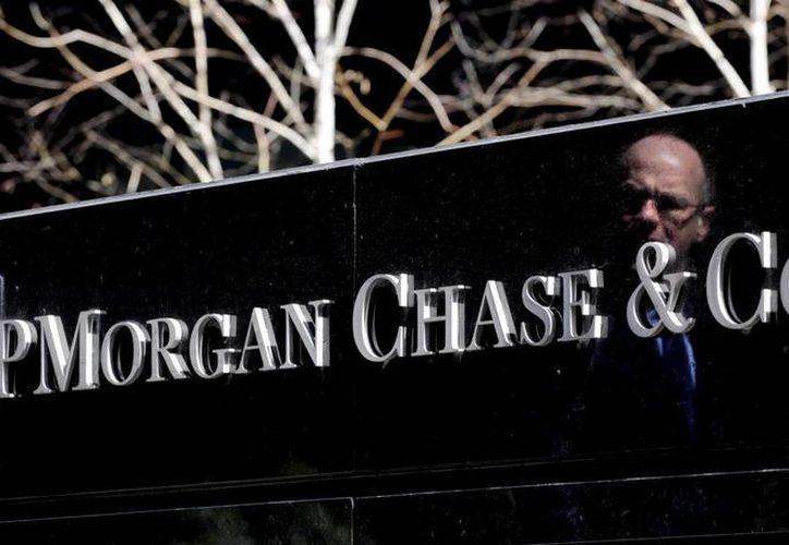 Imagen de archivo que muestra el logotipo de la sede del banco JP Morgan Chase en Nueva York, Estados Unidos, una de las entidades bancarias víctimas de fraude cibernético. (Archivo/EFE)