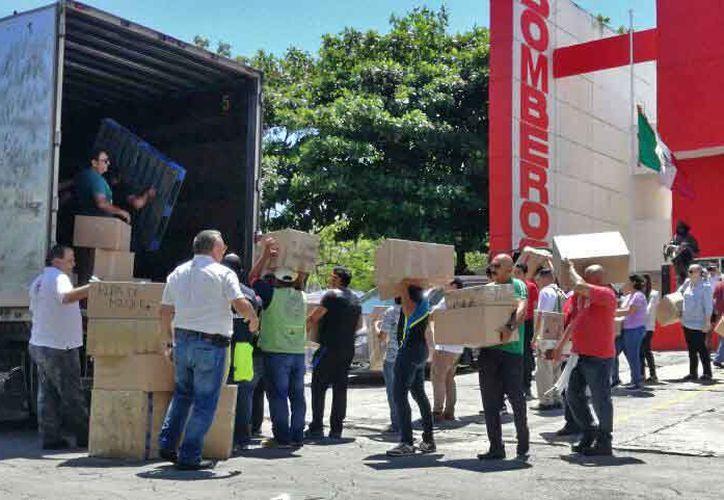 De la estación de Bomberos salió un tráiler de 20 toneladas con destino a Cuautla, Morelos. (Pedro Olive/SIPSE)