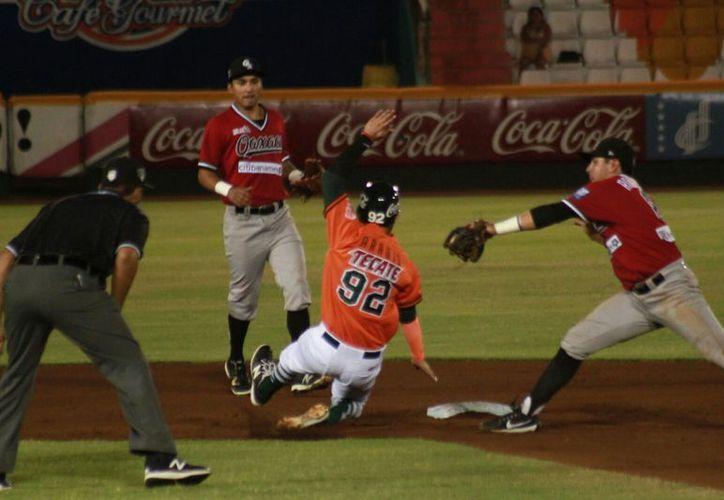"""Leones de Yucatán """"se salió con la suya"""", la noche del martes, en el parque Kukulcán: derrotó 6-3 a Guerreros de Oaxaca. (Jorge Acosta/SIPSE)"""