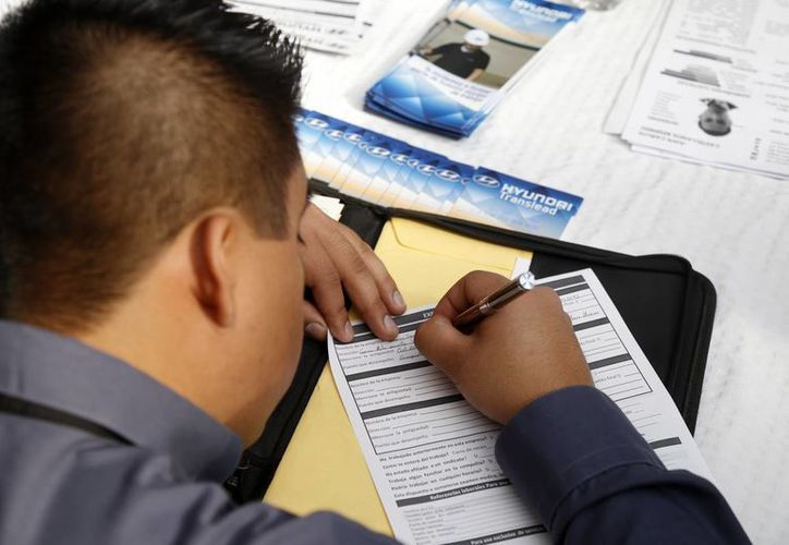 La tasa de desocupación a nivel nacional fue de 3.6 por ciento, con lo registró una caída frente al trimestre anterior, cuando fue de 3.8 por ciento. Imagen de contexto de un joven mientras llena una solicitud de empleo. (Notimex)