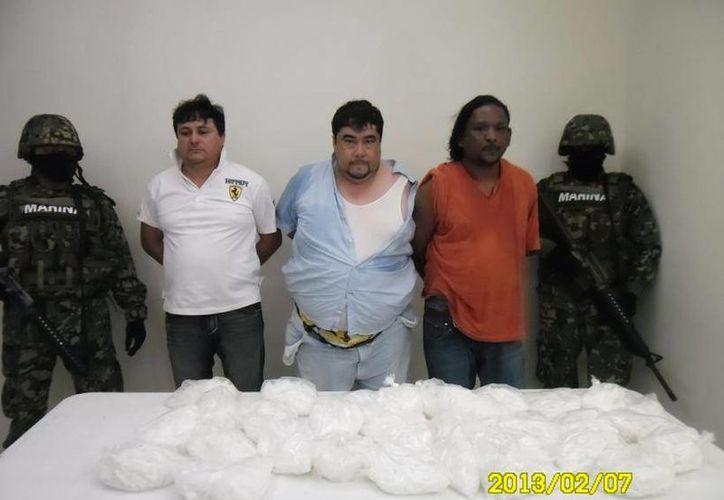 La Secretaría de Marina Armada de México presentó al presunto narcotraficante Carlos Cabañas Catzín, junto a siete supuestos cómplices. (Redacción/SIPSE)