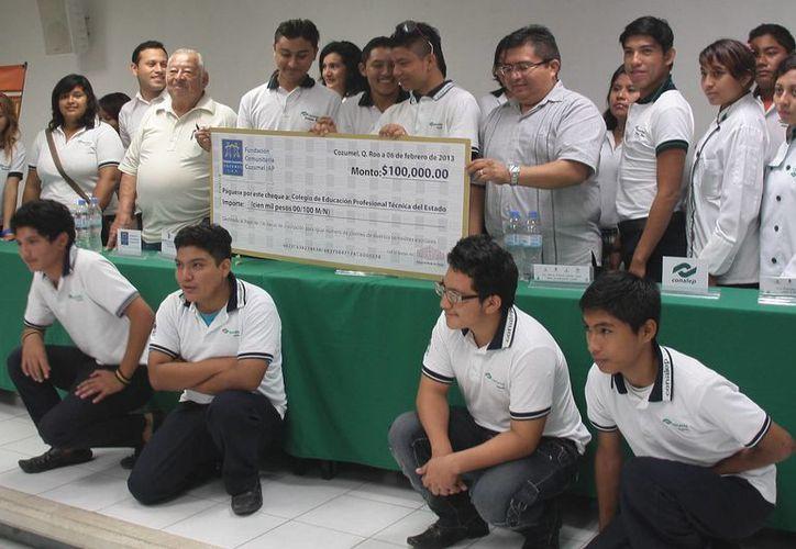 La beca consiste en el 50% del costo de la inscripción que es de mil pesos semestral. (Julián Miranda/SIPSE)