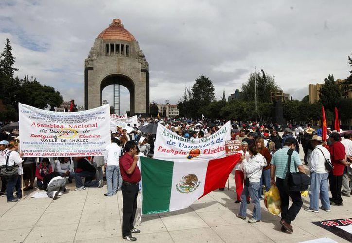 Este 30 de octubre la CNTE, apostada en el Monumento a la Revolución, decidirá si reanuda el diálogo con el gobierno. (Notimex)