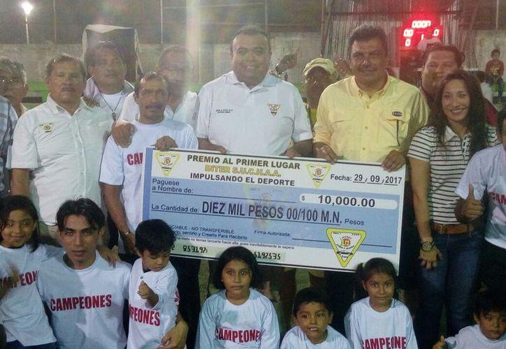Jugadores de Lobos, acompañados de sus familiares, recibieron el premio reservado para los campeones. (Miguel Maldonado/SIPSE)