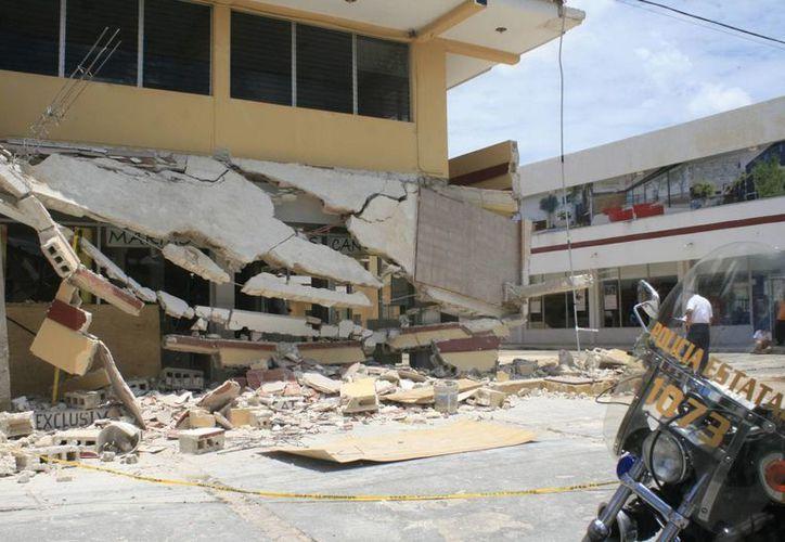 Los dos albañiles tuvieron que ser rescatados bajo los escombros de la cornisa que se derrumbó. (Jorge Sosa/SIPSE)