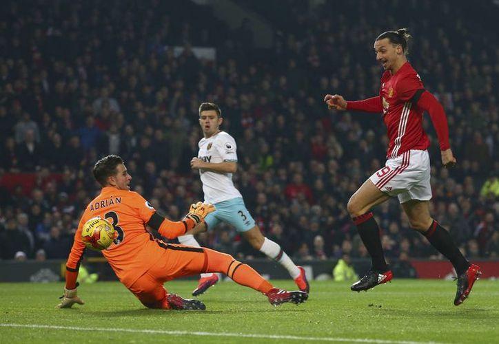 Ibrahimovic al momento de superar al arquero del West Ham. El delantero sueco metió dos dianas en el 4-1 del Manchester United, que le permite calificar a semis de Copa de Liga. (Fotos: AP)