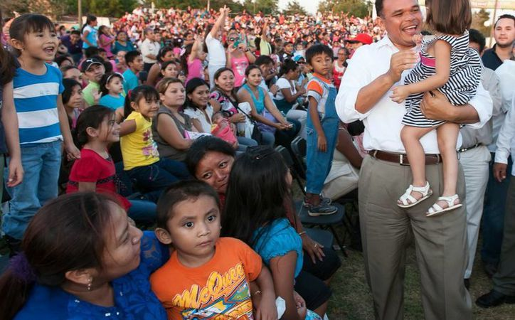 El gobernador Rolando Zapata Bello compartió alegres momentos con los pequeños. (Milenio Novedades)