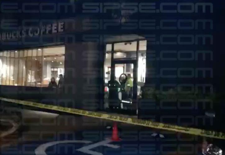 Las autoridades policíacas acordonaron el área del establecimiento que sufrió un presunto asalto. (Redacción)