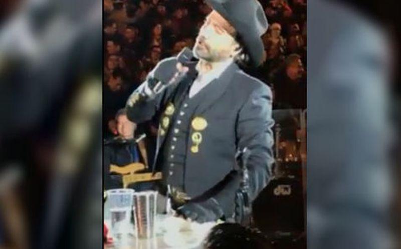 [Video] ¿Otra vez? Potrillo termina 'hasta las chanclas' en pleno concierto