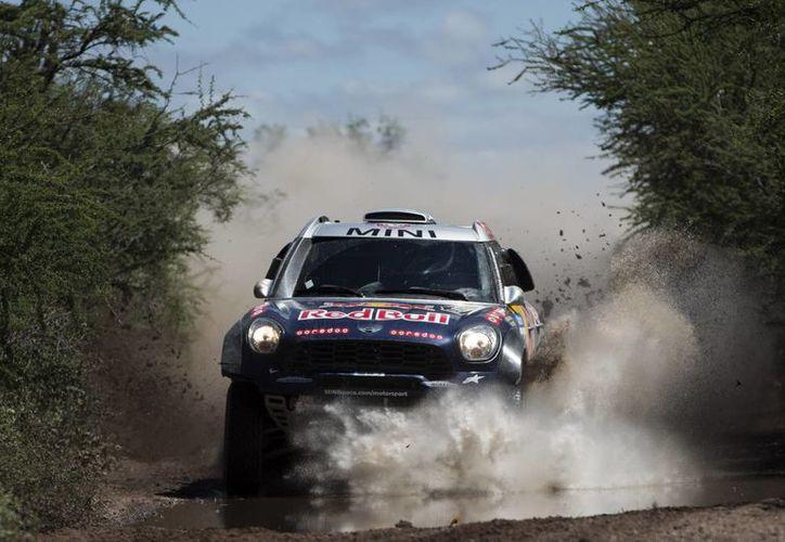 El piloto catarí Nasser Al-Attiyah y su co-piloto Matthieu Baumel, de Francia, durante la décimoprimer etapa del Rally Dakar Sudamérica 2015 entre las ciudades de Termas de Rio Hondo y Rosario, en Argentina. (Foto: AP)