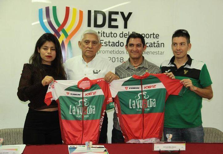 El titular del IDEY, Juan Sosa Puerto (segundo desde la Izq.), y acompañantes muestran la playera oficial del evento ciclista. (Jorge Acosta/SIPSE)