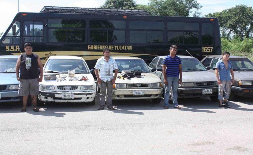 Los detenidos junto a los vehículos que fueron recuperados. (SIPSE)