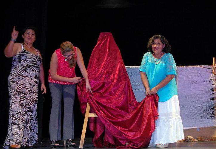 La dramaturga Conchi León (izq.) y autoridades develaron la placa en el teatro Daniel Ayala. (Milenio Novedades)