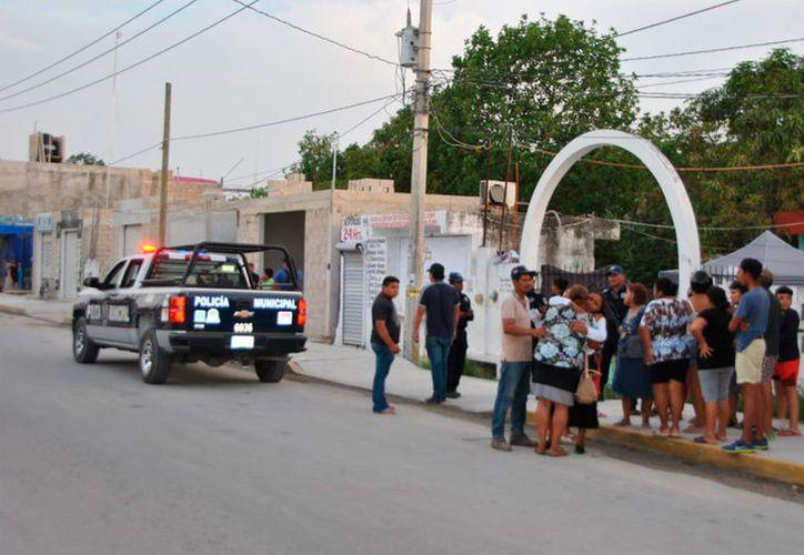 Agentes de la policía llegaron al lugar alertados por los vecinos. (Redacción/SIPSE)