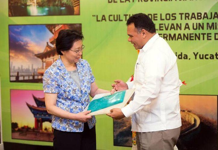 Rolando Zapata Bello se reunió con  Xing Chunning, presidenta de la Federación de Sindicatos de la Provincia Jiangs, China. (Cortesía)
