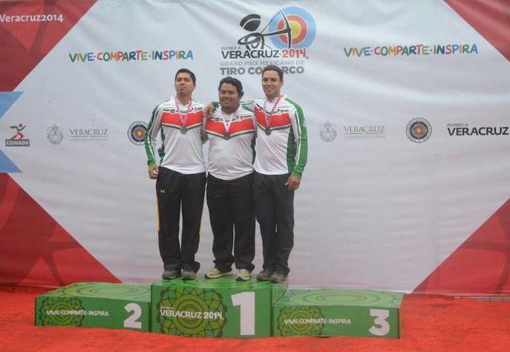 Pedro Vivas (c), con sus compañeros Juan René Serrano y Luis Álvarez a momento de su premiación en los JCC. (Milenio Novedades)