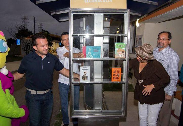 El primer 'paralibros' de Mérida tiene más de 200 textos disponibles para cualquier lector que lo solicite. Imagen del arranque del nuevo proyecto en el Paseo Verde. (Milenio Novedades)