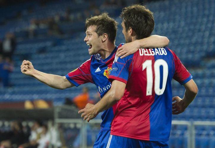 Matías Delgado no pudo celebrar sus dos goles con aficionados del Basilea porque el partido se jugó a puerta cerrada como castigo por los desmanes de los hinchas del equipo suizo. (Agencias)