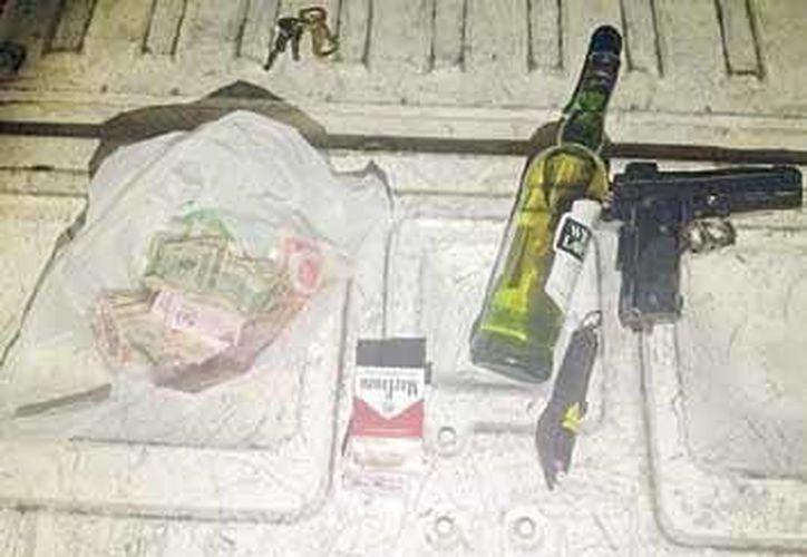 una vez capturado, los policías le encontraron el efectivo, una botella de licor, cigarrillos y el arma de juguete. (Redacción/SIPSE)